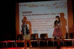 """Bei """"MMSP –Massive Multiplayer Schere Stein Papier"""" wird das altbekannte Spiel auf neue Ebenen gehoben und mit der Beteiligung des ganzen Publikums gespielt"""